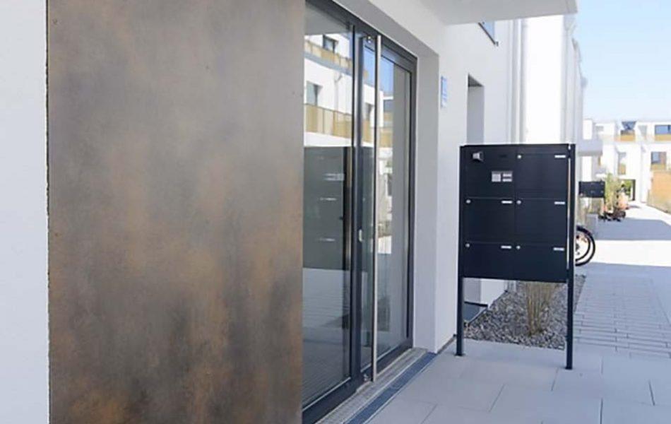 Hauseingang eines Punkthauses in der neuen Wohnanlage in München