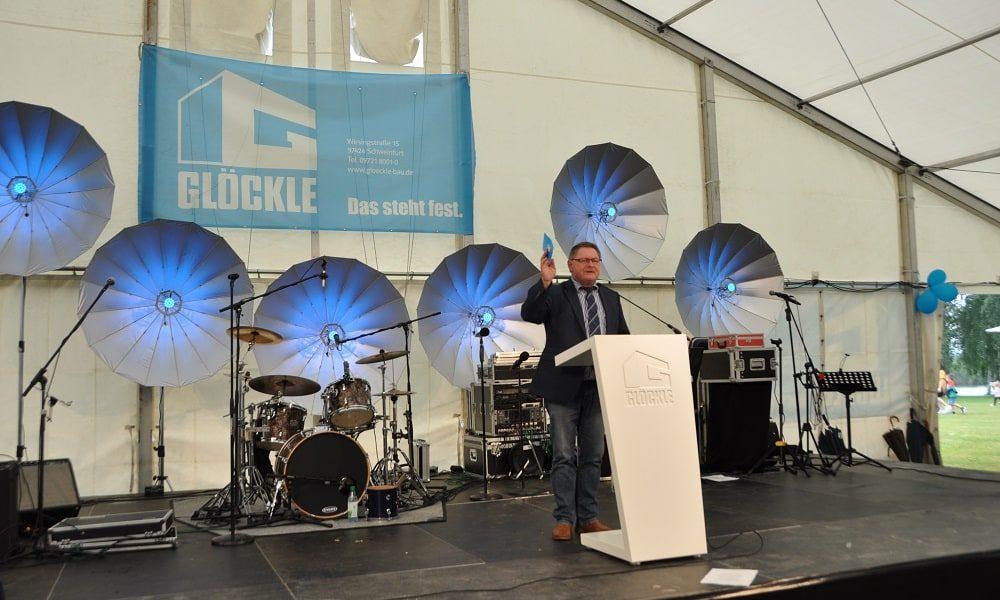 Gerhard Eck lobt bei seiner Rede die lange Familientradition von Glöckle