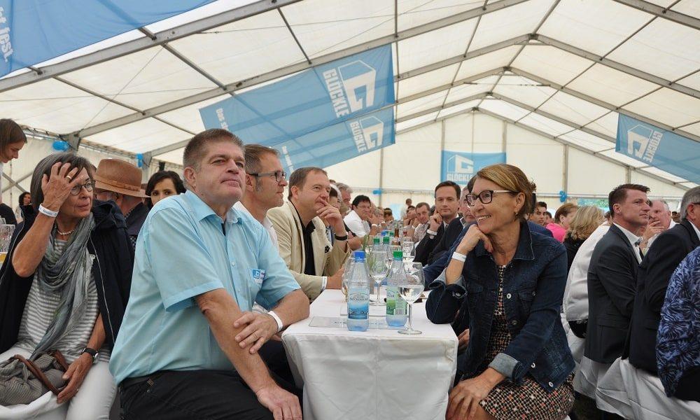 Harald Läpple Geschäftsführer Glöckle Montagebau mit Ehefrau am Jubiläumsfest