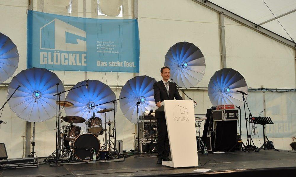 Landrat Florian Töpper hält eine Ansprache