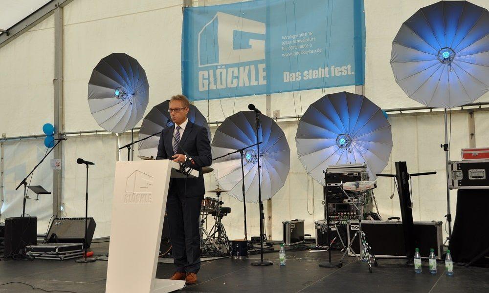 Jürgen Bode Geschäftsführer IHK Würzburg-Schweinfurt hält am 110-jährigen Glöckle Jubiläumsfest eine Ansprache