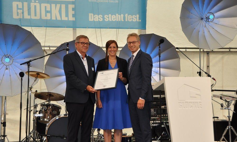 Übergabe der IHK-Ehrenurkunde durch Jürgen Bode an Klaus und Carolin Glöckle