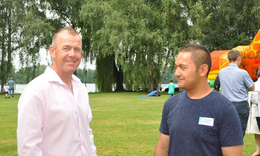 Zwei GLÖCKLE Mitarbeiter unterhalten sich am Jubiläumsfest