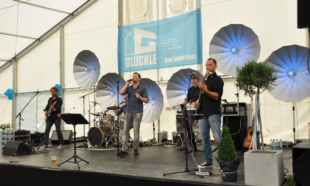 Am Abend spielte Dance the funky Chicken zum GLÖCKLE Jubiläumsfest