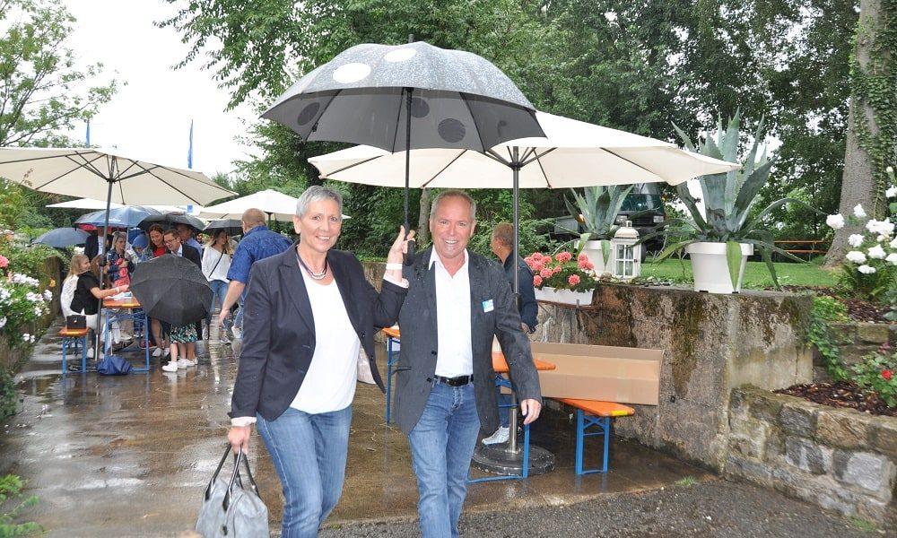 Eintreffen von Glöckle Mitarbeitern und Gästen bei strömenden Regen zum Jubiläumsfest
