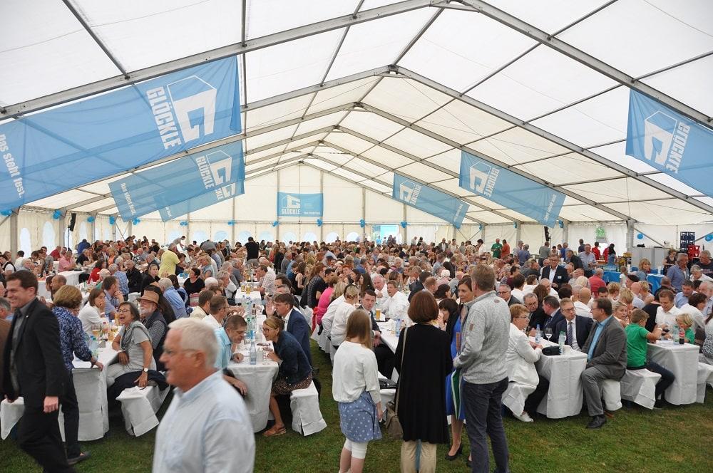 Voll gefülltes Zelt am Jubiläumsfest