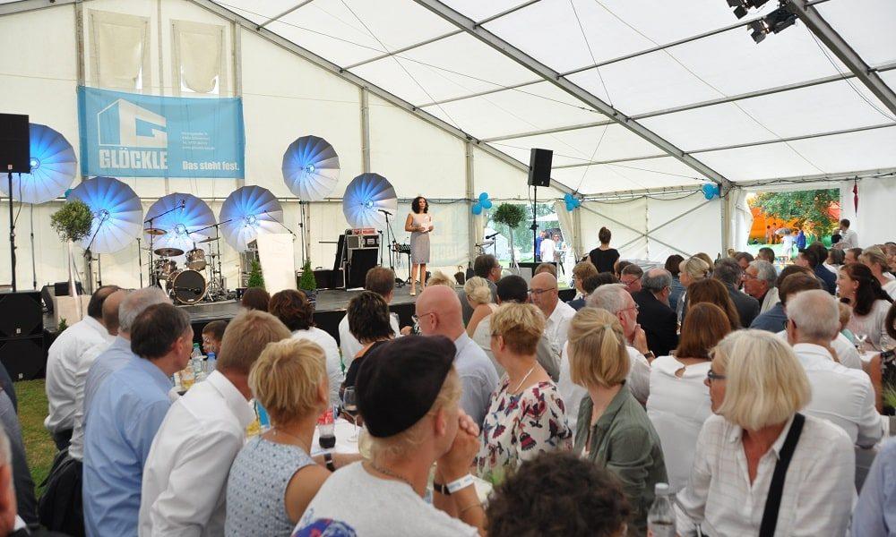 Glöckle-Mitarbeiterin Selena De Léon moderierte das 110-jährige Firmenfest von Glöckle