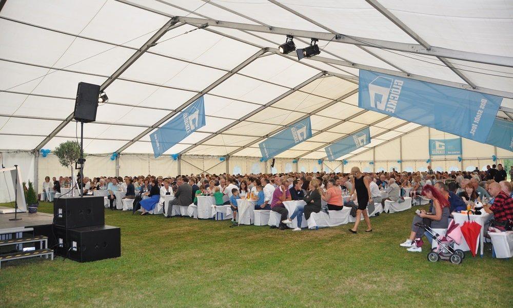 Blick auf das große geschmückte Festzelt mit Gästen zum 110-jährigen Jubiläumsfest von Glöckle