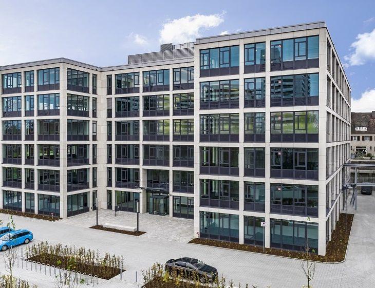 Neuer moderner Bürokomplex aus Stein und Glas in Nürnberg