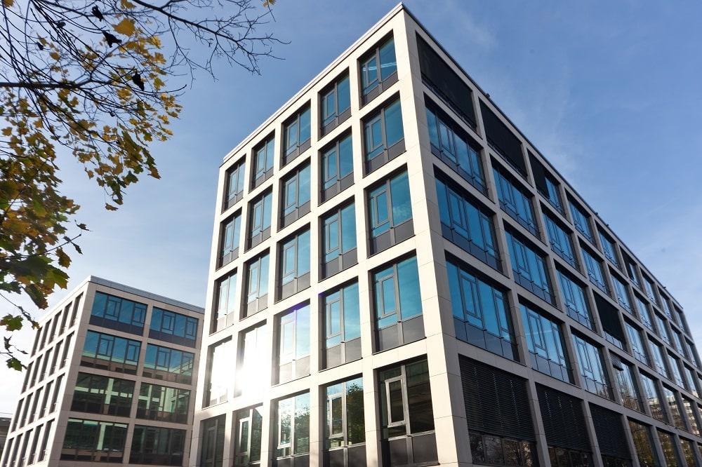 Neubau eines Bürogebäudes mit Stein- und Glasfassade in Nürnberg
