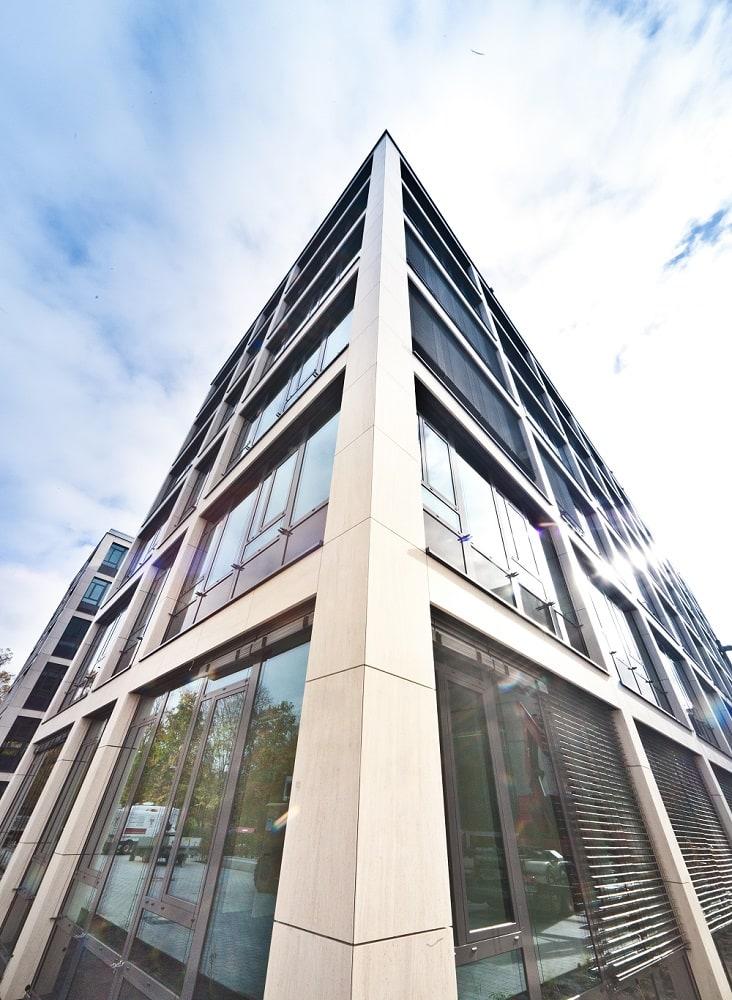 Detailaufnahmen Stein- und Glasfassade des neuen Bürogebäudes in Nürnberg