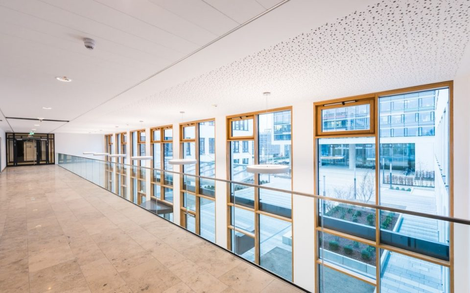 Eingangsbereich des neuen Bürogebäudes in Nürnberg