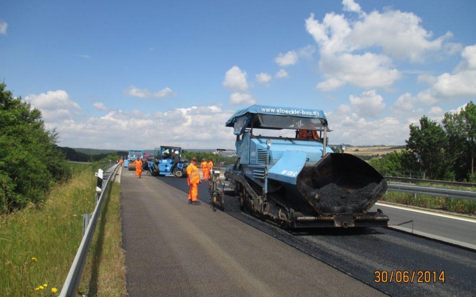 Spurrinnensanierung auf der Autobahn 7 mit Teermaschine und Walzen