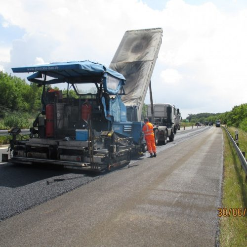 Glöckle Asphaltfertiger bringt den neuen Asphalt auf die Autobahn auf