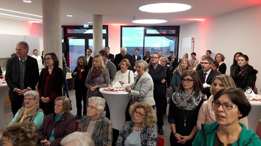 Gäste und Besucher bei der Eröffnung des AWO Seniorenwohnens