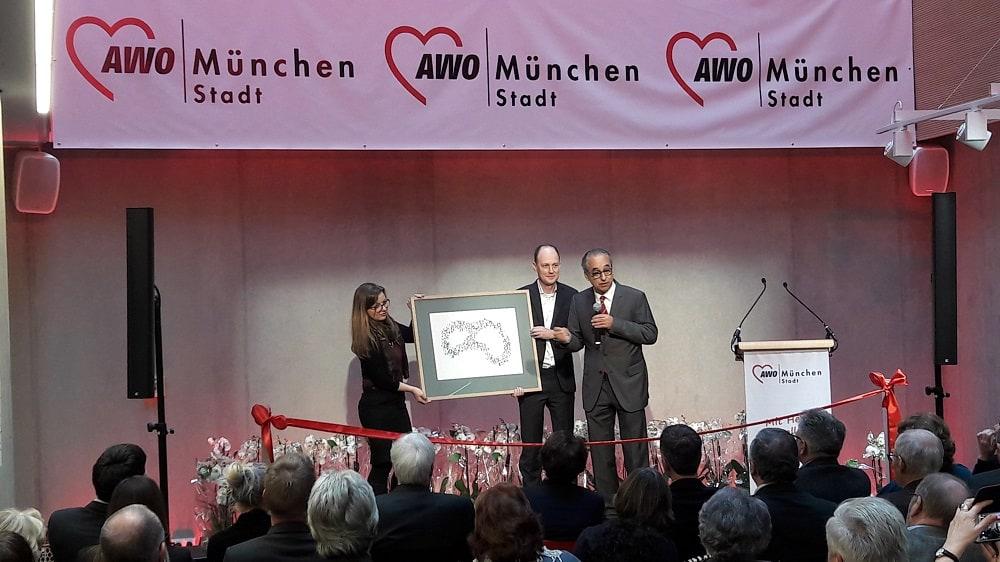 v.l. Simone Tarchino, Martin Strauch und Karl Sorge von Sorge Architekten erläutern die Architektur des neuen Seniorenwohnens am Föhrenpark