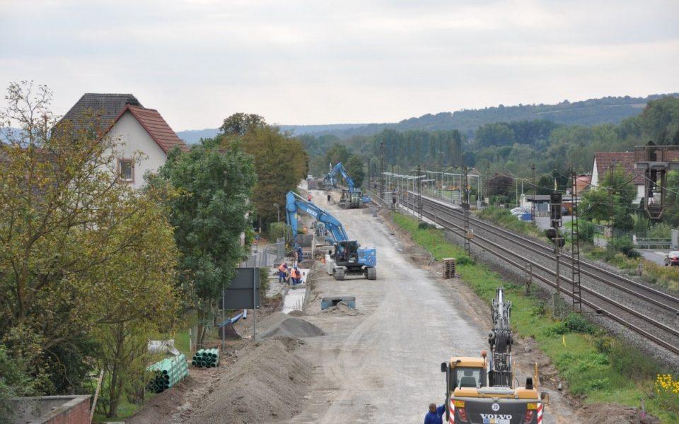 Luftaufnahme der gesamten Straßenbaubaustelle in Thüngersheim zur Erneuerung der B 27