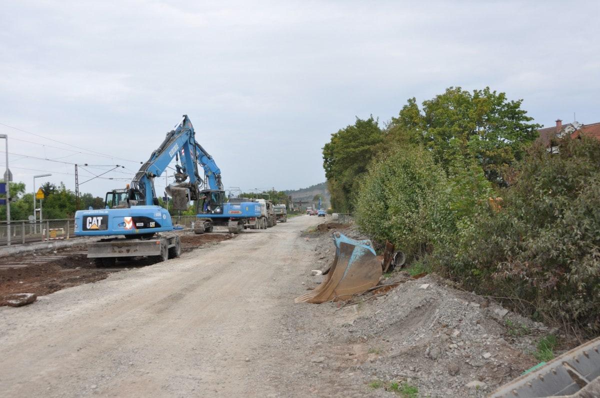 Glöckle-Bagger graben die alten Erdschichten für die Erneuerung der B 27 in Thüngersheim ab