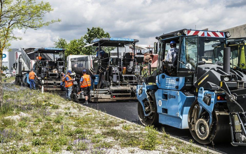 Glöckle Mitarbeiter asphaltieren und walzen den neuen Fahrbahnbelag am Berliner Ring in Bamberg