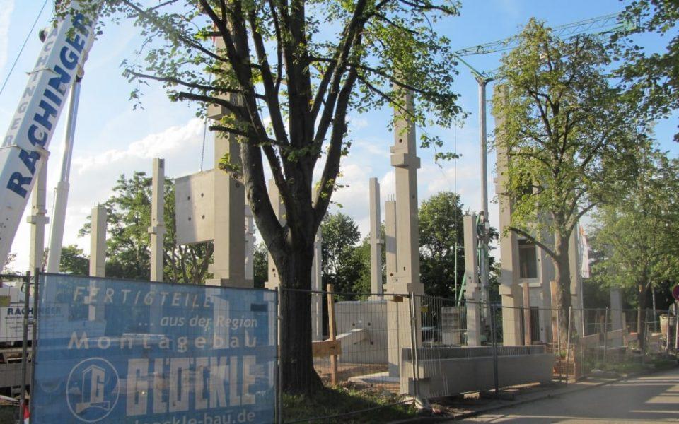 Montage mit mobilen Schwerlastkran von Stahlbetonfertigstützen mit Sockel in Waiblingen