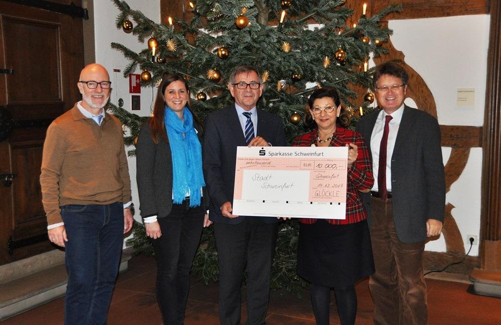 Spendenscheckübergabe von 10.000 Euro an die Stadt Schweinfurt zu Weihnachten