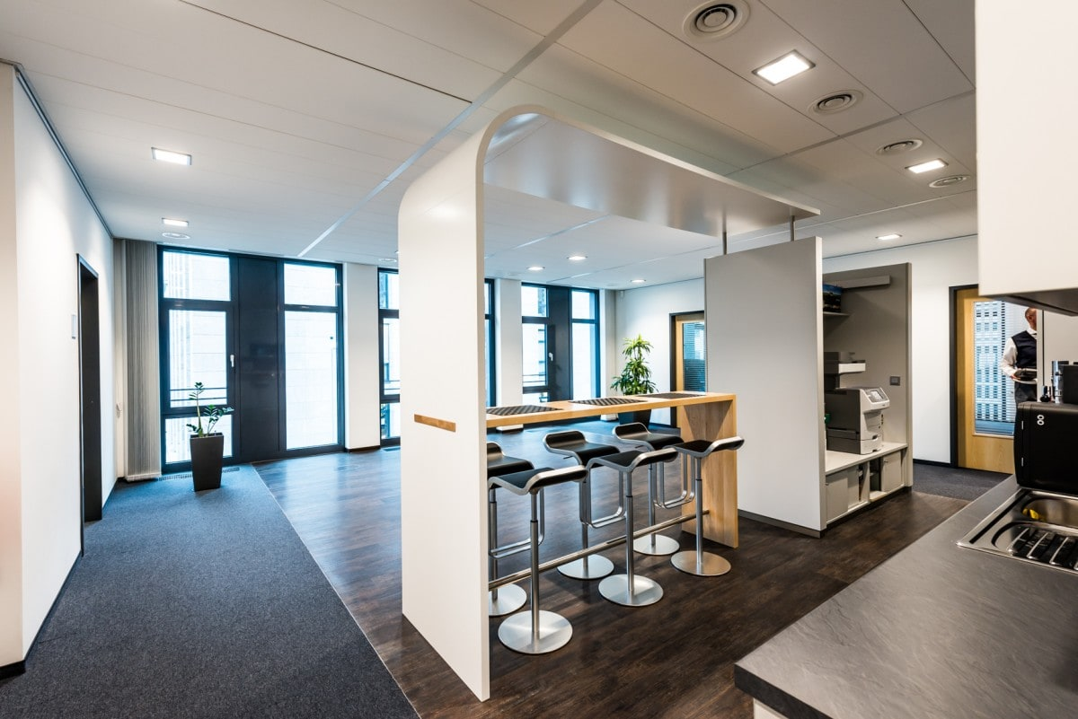Aufenthaltsraum mit kleiner Küche und Sitzplätzen für Mitarbeiter im neuen Bürogebäude