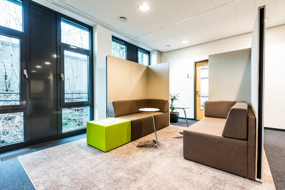 Loungeecke im neuen Bürogebäude in Nürnberg