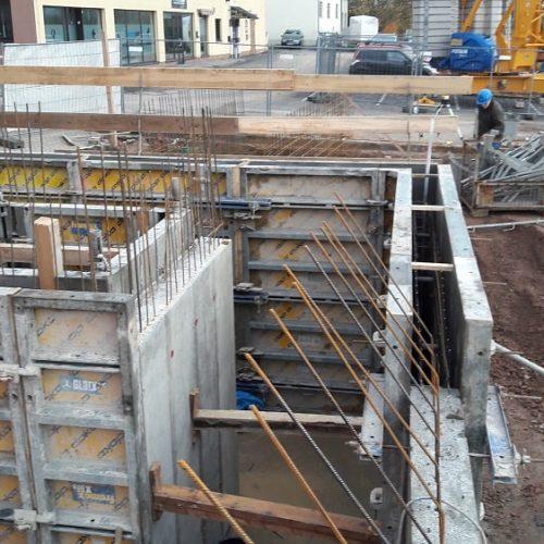 Schalungsaufbau für die Wände des neuen Geschäftshauses in Schonungen