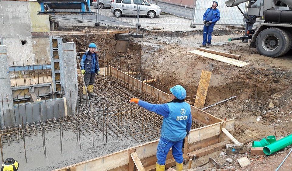 Glöckle Mitarbeitern betonieren die Fundamentplatte für ein neues Geschäftshaus in Schonungen