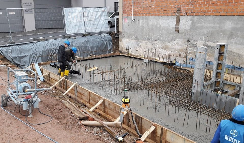 Betonieren der Grundplatte des neuen Geschäftshauses in Schonungen