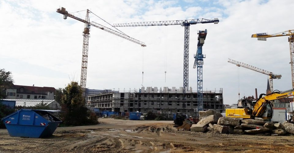 Glöckle-Baukräne ragen hoch über den Rohbau des Gesundheitszentrums in Bamberg