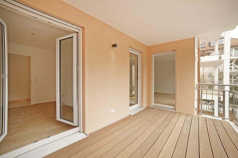 Geräumige Balkone in dem neuen Mehrfamilienhaus laden zum Sitzen im Freien ein