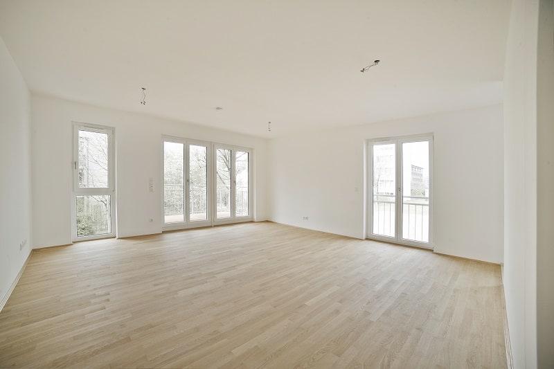 Helles, modernes und großzügiges Wohnzimmer mit Parkettboden
