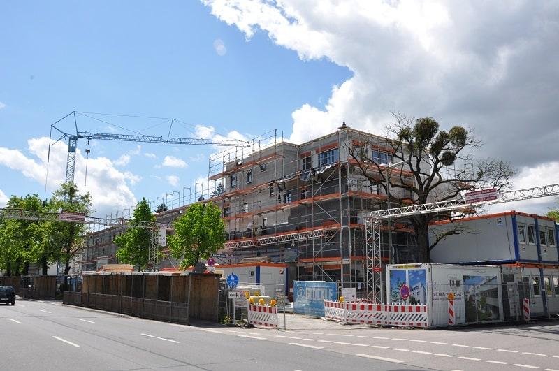 An der neuen Wohnanlage in Nürnberg wird bereits mit den Fassadenarbeiten begonnen