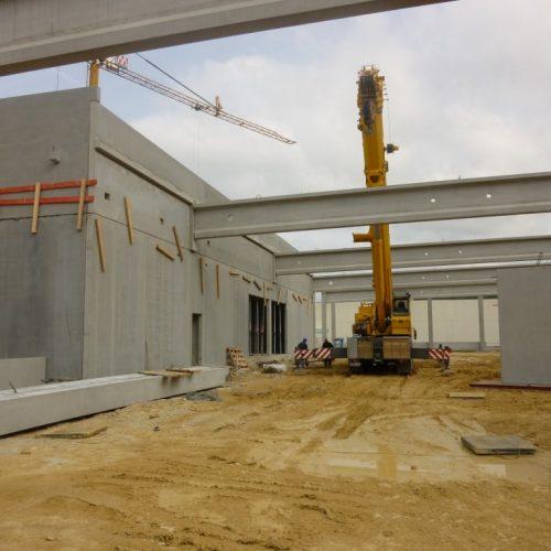 Mobiler Schwerlastkran bei der Montage von Betonfertigteilträgern