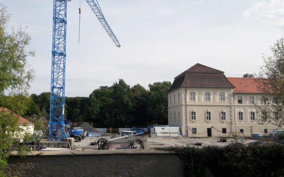 Tiefbauarbeiten als Vorbereitungen für die weiteren Bauschritte für den Neubau des Krankenhauses in Werneck