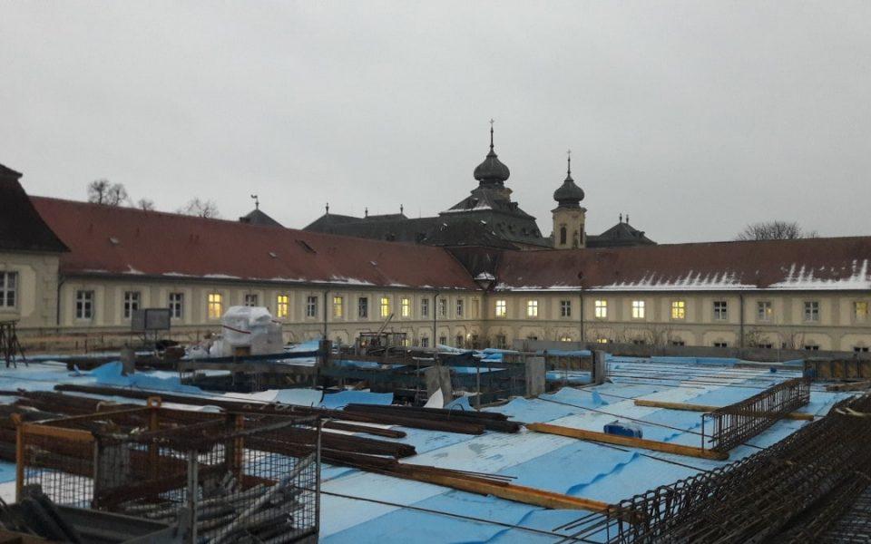 Abgedecktes Dach des Rohbaus am Schloss Werneck
