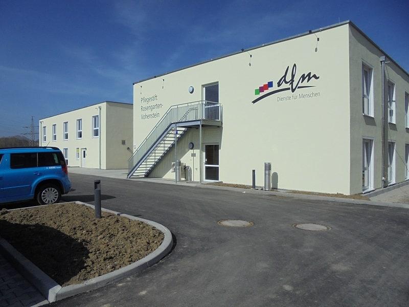 Aussenansicht des neuen Pflegestift mit Flachdach in Rosengarten-Vohenstein