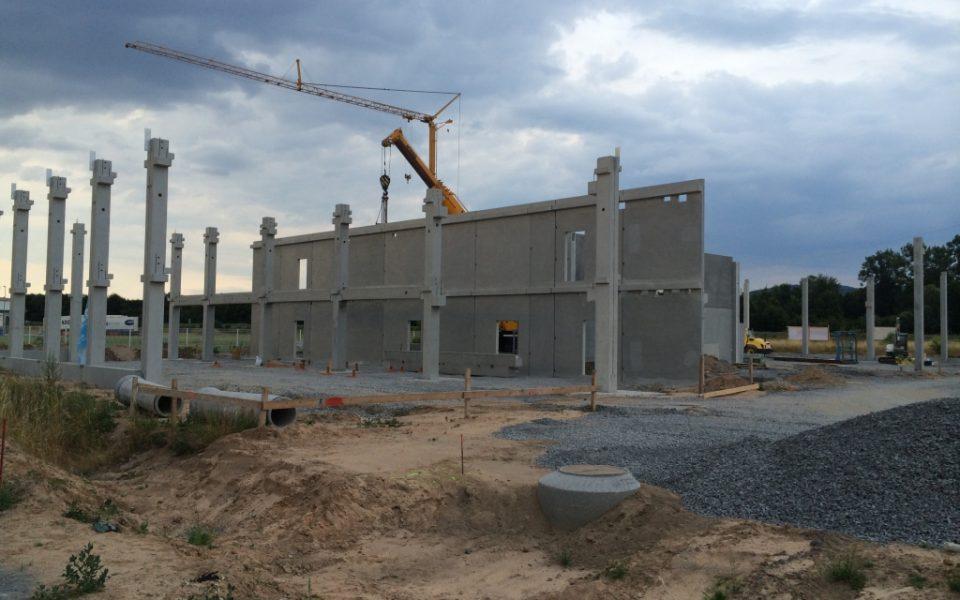 Montage von Stahlbetonfertigteilwänden in Alzenau