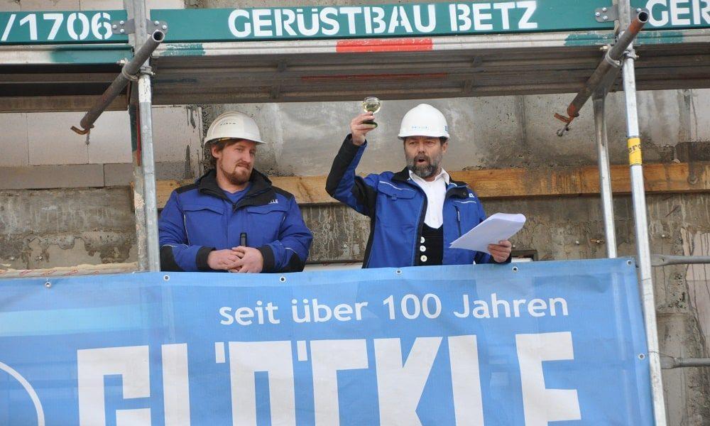 Richtspruch des Poliers hoch oben vom Gerüst beim Neubau des Gesundheitzentrums in Bamberg