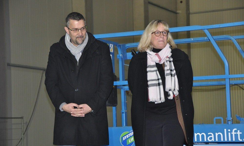 Betriebsleiter Jürgen Plettner und Geschäftsführerin Kristin Wehner-Rundshagen finden lobende Worte am Richtfest