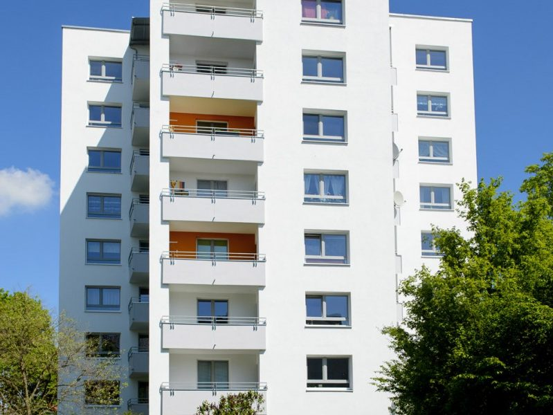 Bei dem Hochhaus wurden die Balkon und die Außenfassade neu saniert