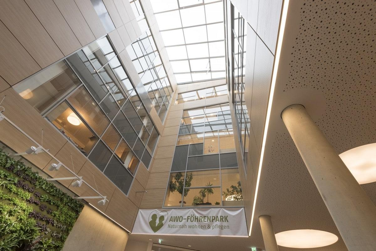 Das Glasdach lässt viel Licht in das Foyer des neuen Seniorenwohnens am Föhrenpark in München