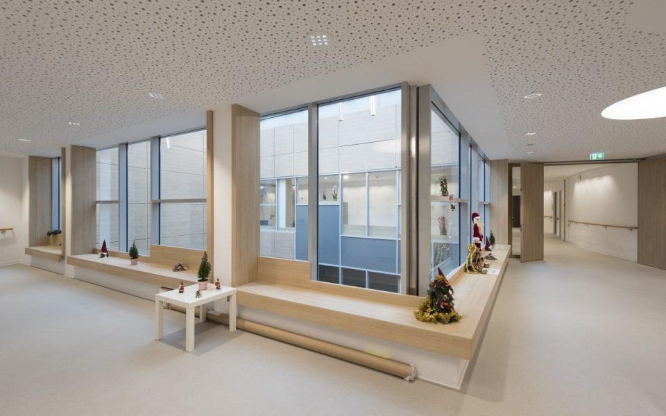 Große Fenster lassen viel Licht in die Gänge des Seniorenwohnens am Föhrenpark
