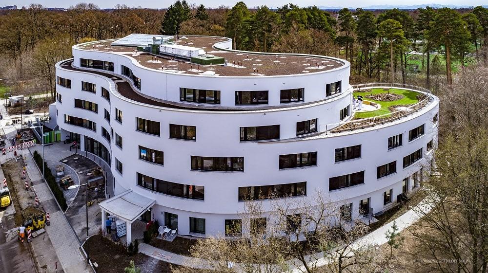 Die Architektur des neuen Seniorenwohnen am Föhrenpark erinnert eine liegende 8