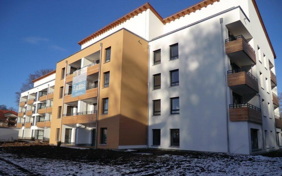 Aussenansicht mit holzverkleideten Balkonen des neuen Service-Wohnen in Geretsried