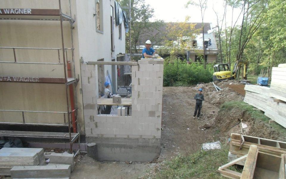 Mauerarbeiten für den Umbau der Mannschaftshäuser in Würzburg