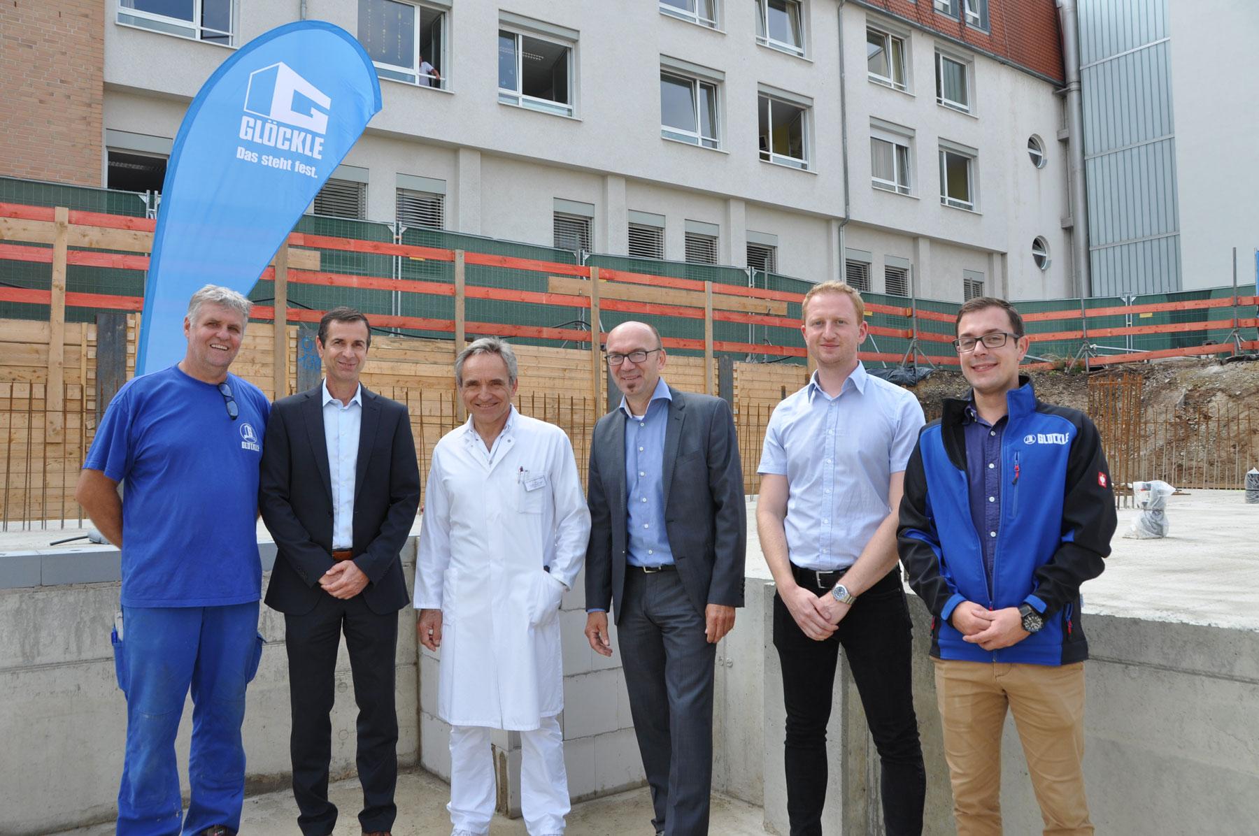 Gruppenfoto der am Bau Beteiligten: Oberarzt, Technischer Leiter und Mitarbeiter vom Glöckle Hochbau