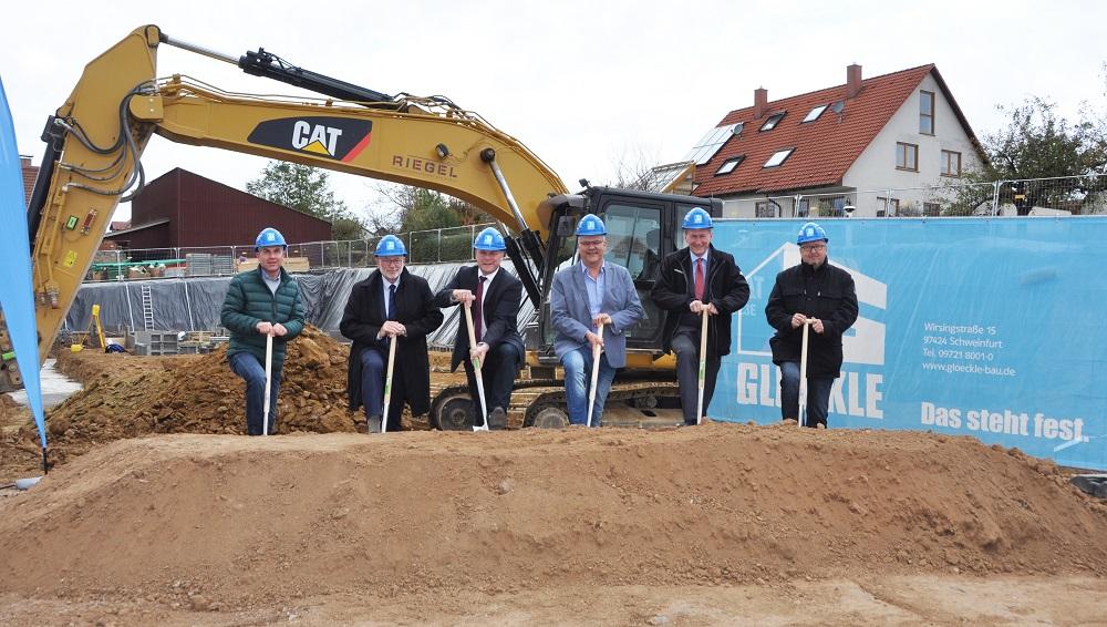 Kürnachs Bürgermeister, Vertreter der Gemeinde, Sparkasse und Glöckle beim Spatenstich für die Mehrfamilienhäuser in Kürnach