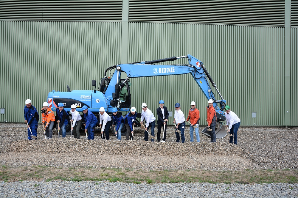 Spatenstich mit den Verantwortlichen für die bautechnische Optimierung des Brennelementbehälters in Grafenrheinfeld